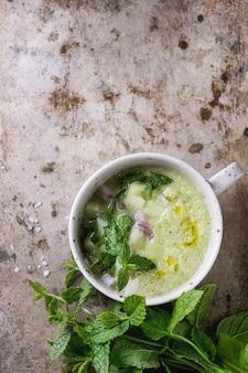 Gaspacho de pepino com hortelã