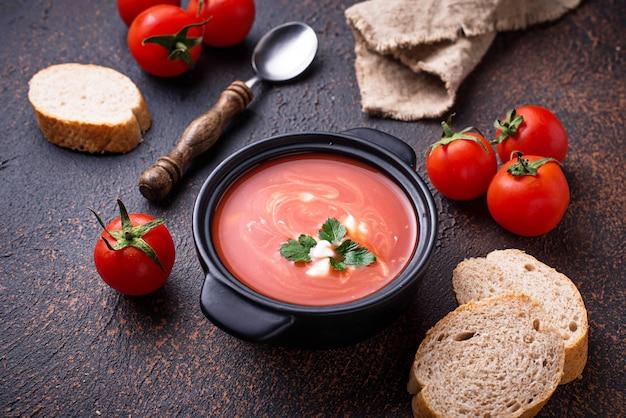 Gaspacho de sopa de tomate em stewpan