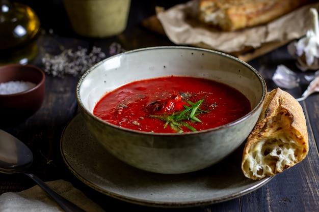 Gaspacho de sopa de tomate espanhol em um fundo de madeira