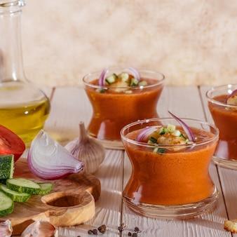 Gaspacho de sopa em estilo espanhol, feito com tomate.
