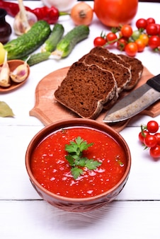 Gaspacho de sopa em um prato marrom