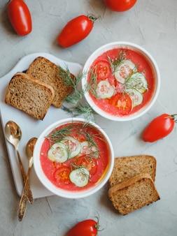 Gaspacho de sopa fria, feito de tomate, páprica, pepino, cebola e alho