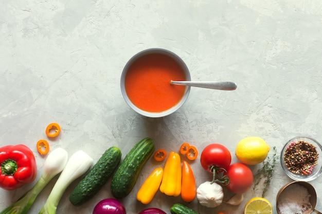 Gaspacho de tomate com legumes frescos