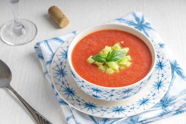 Gaspacho sopa fria refrescante feita de vegetais crus misturados comido no verão servida com uma taça de vinho