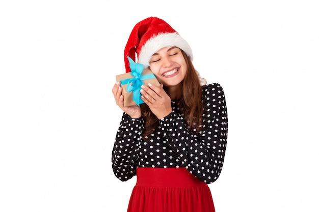 Gata do chapéu de natal, abraçando seu giftt
