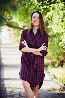 Gata do vestido xadrez no parque de verão