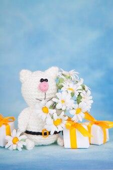 Gato de malha. decoração de são valentim. brinquedo de malha, amigurumi. cartão de dia dos namorados.