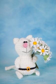 Gato de malha. decoração de são valentim. brinquedo de malha, amigurumi, cartão de felicitações.