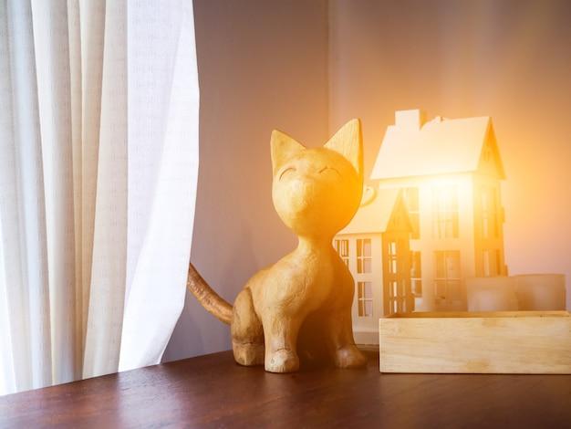 Gato fofo entalhado em madeira