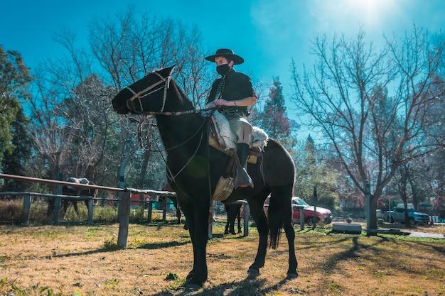 Gaúcho argentino montando seu cavalo
