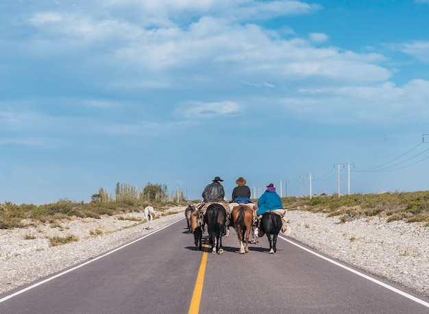 Gaúchos cavalgando na rota, próximo à cordilheira dos andes de mendoza argentina