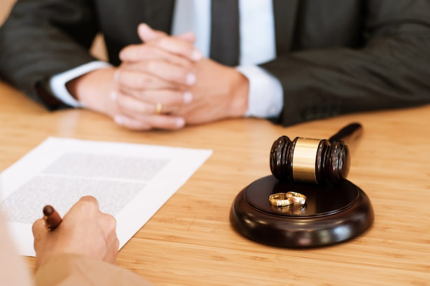 Gavel do juiz que decide em papéis de assinatura do divórcio do casamento. conceito de advogado.