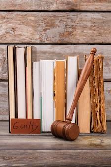 Gavel e veredicto de culpado. coleção de livros jurídicos.