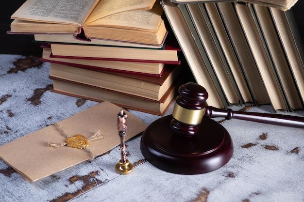 Gavel notário público e carimbo no testamento e última vontade. ferramentas de notário