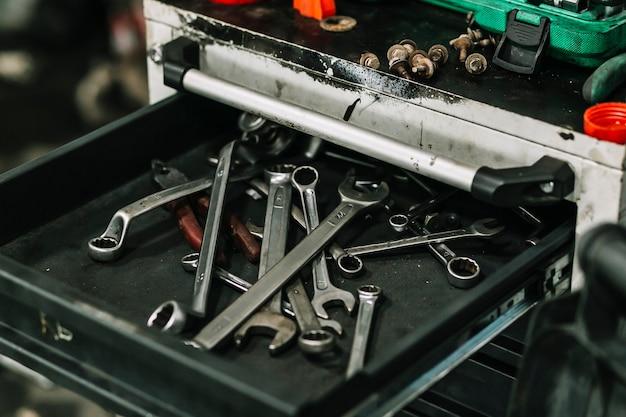 Gaveta com ferramentas de reparação