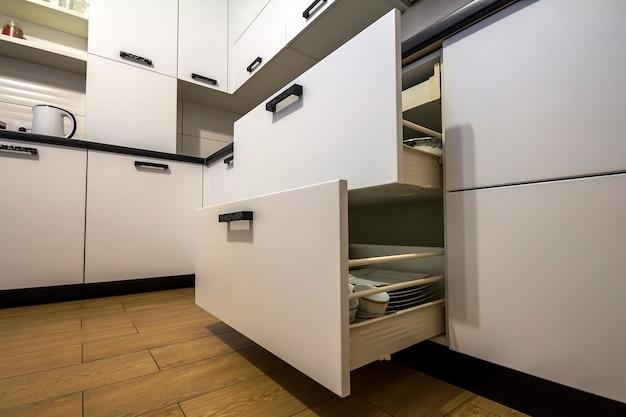 Gaveta da cozinha aberta com pratos dentro