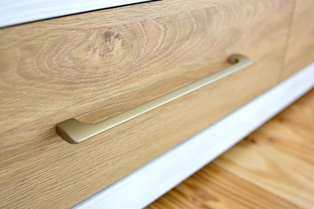 Gaveta de madeira no armário do armário