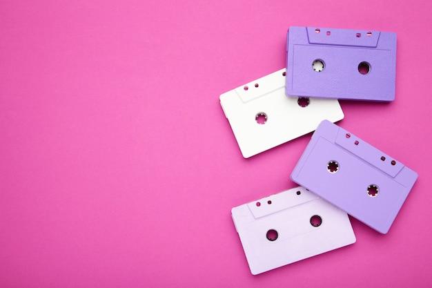 Gavetas coloridas velhas em um fundo rosa. dia da música