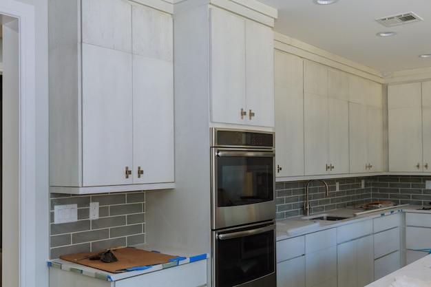Gavetas de instalação de armários de cozinha ilha e armários de balcão instalados