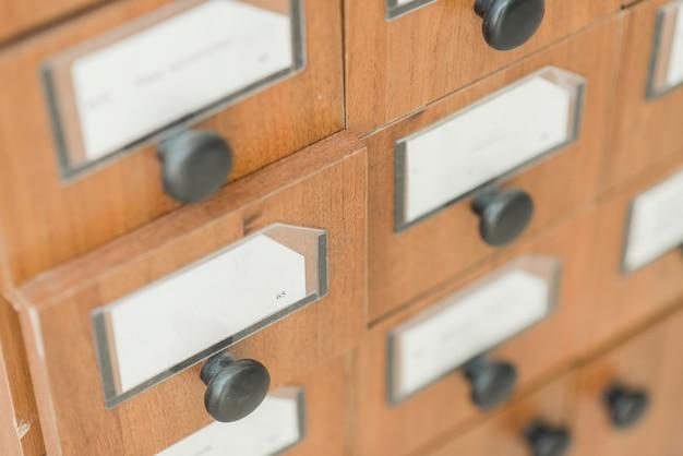 Gavetas de madeira serrada de catálogo de biblioteca