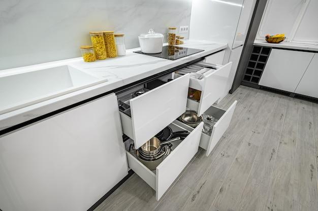 Gavetas interiores de cozinha modernas luxuosas brancas e pretas puxadas para fora