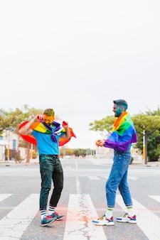 Gays brincando com cor no festival de holi