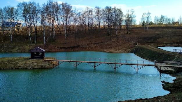 Gazebo de madeira em uma ilha em um lago