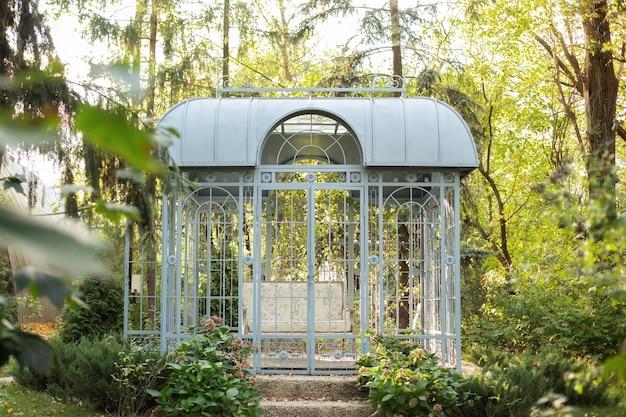 Gazebo de metal forjado em jardim de verão