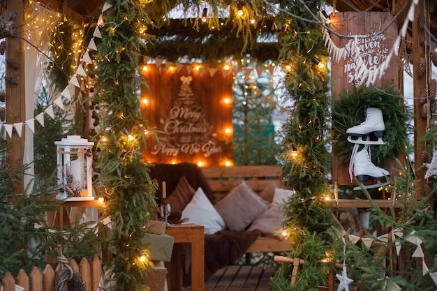 Gazebo de natal em estilo escandinavo com decorações feitas de materiais naturais