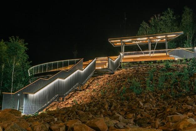Gazebo lindamente iluminado com escadas no parque