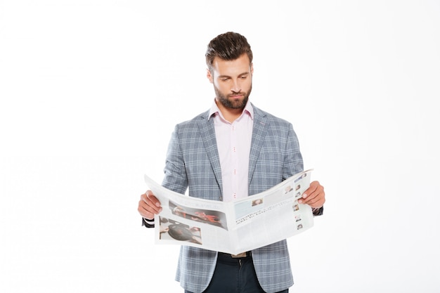 Gazeta concentrada da leitura do homem novo