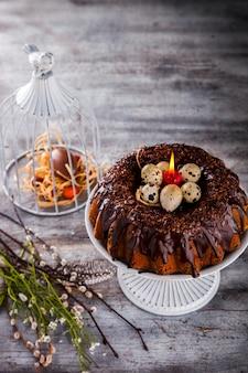 Geada de decoração do chocolate do queque feriado da páscoa do cozimento.