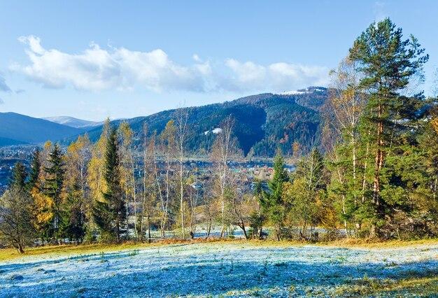 Geada de outono na clareira nos arredores de uma vila nas montanhas (cárpatos, ucrânia)