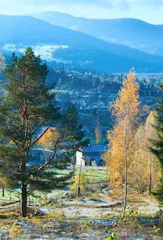 Geada de outono nos arredores de um vilarejo nas montanhas