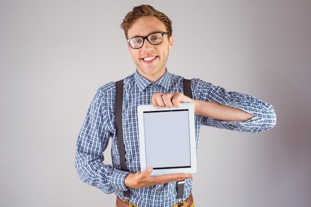 Geeky empresário mostrando seu tablet pc