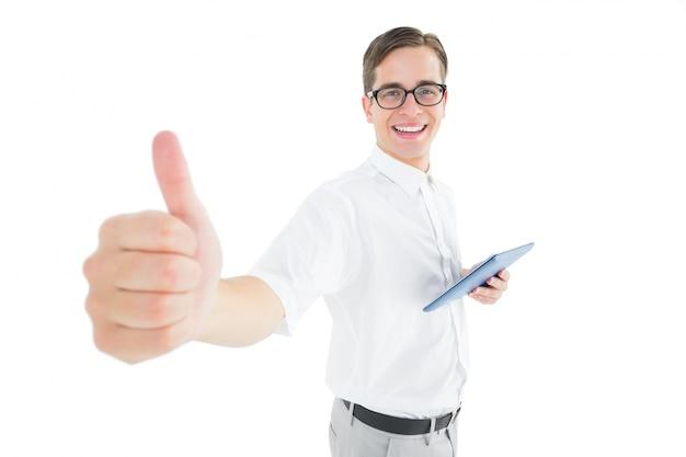 Geeky empresário segurando seu tablet mostrando polegares para cima