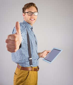 Geeky empresário usando seu tablet pc