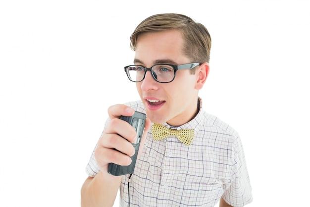 Geeky hipster falando em dictaphone