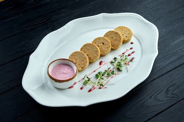 Gefilte fish - é um prato feito com uma mistura escalfada de peixes moídos e desossados, como carpas, peixes brancos ou lúcios servidos em um prato branco.