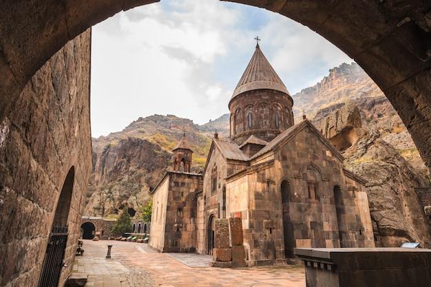 Geghardavank ou geghard mosteiro é um mosteiro cristão ortodoxo localizado na província de kotayk da armênia