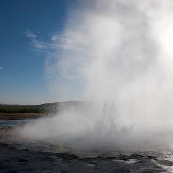 Gêiser em erupção em vapor e gotículas