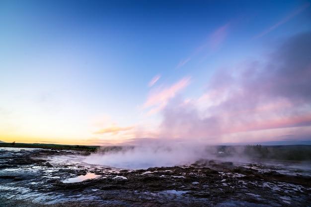 Gêiser strokkur no círculo dourado, islândia