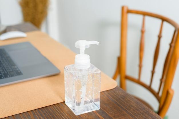 Gel de álcool na mesa de trabalho, conceito saudável
