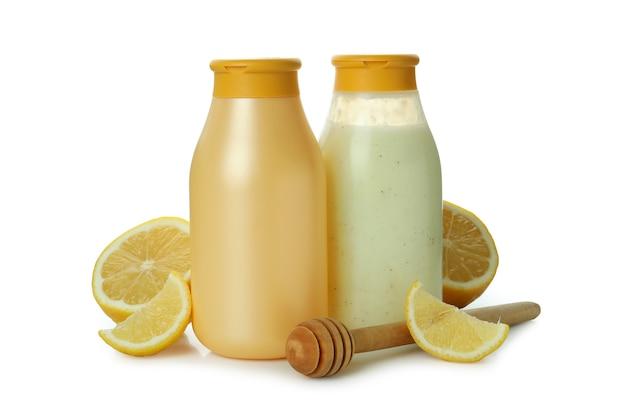 Gel de banho, limão e concha isolados no fundo branco