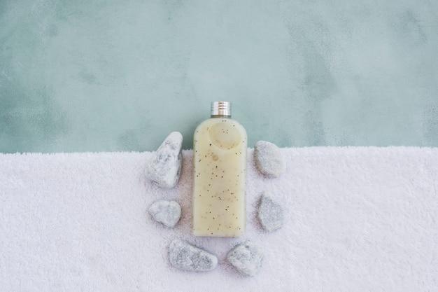 Gel de banho na toalha com pedras