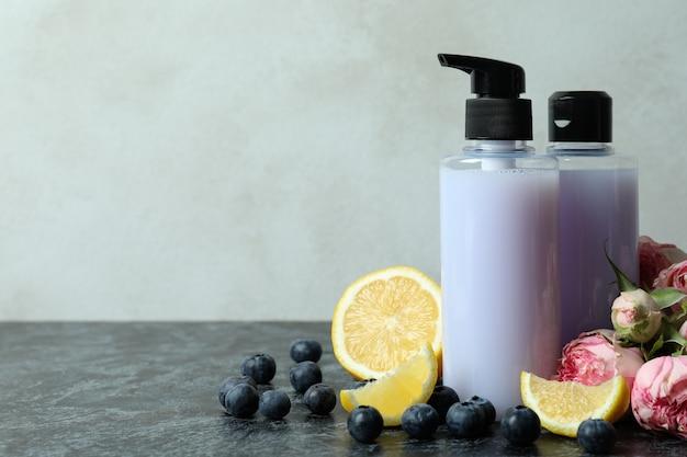Gel de banho natural e ingredientes contra fundo branco texturizado