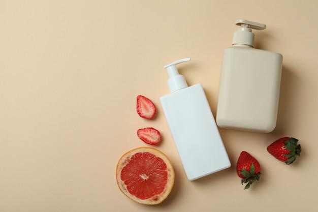 Gel de banho natural e ingredientes em fundo bege