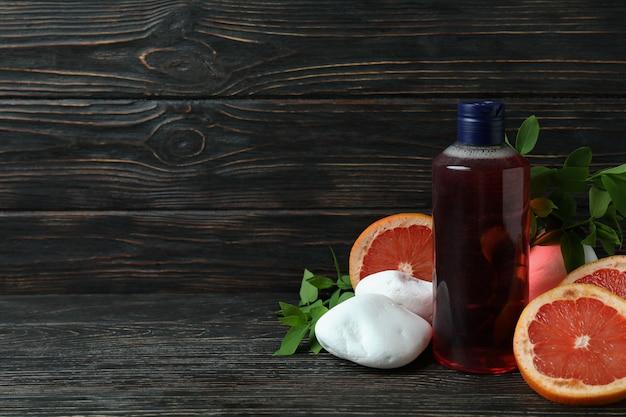Gel de banho natural e ingredientes em fundo de madeira
