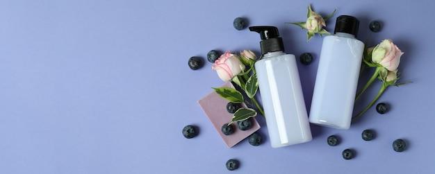 Gel de banho natural e ingredientes em fundo violeta