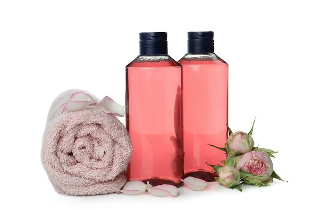 Gel de banho, toalha e rosas isoladas no fundo branco
